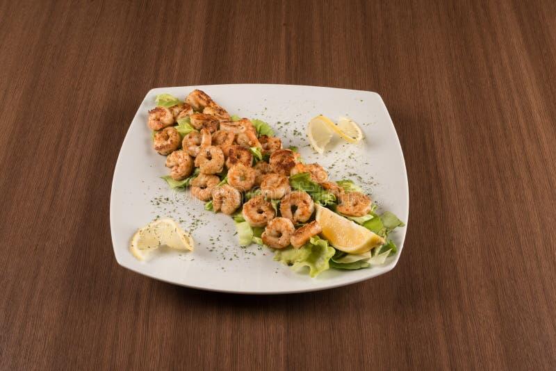 虾用沙拉和柠檬 免版税图库摄影