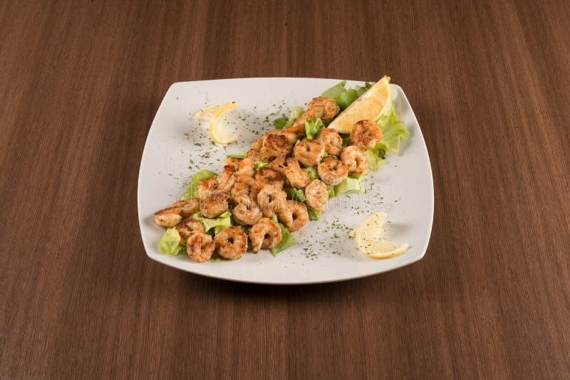 虾用沙拉和柠檬 图库摄影