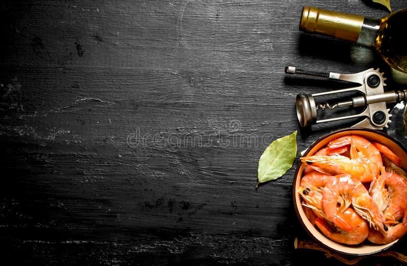虾用白葡萄酒和拔塞螺旋 图库摄影