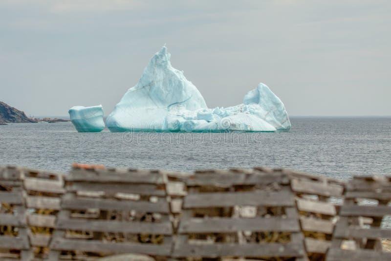 虾笼和冰山 库存图片