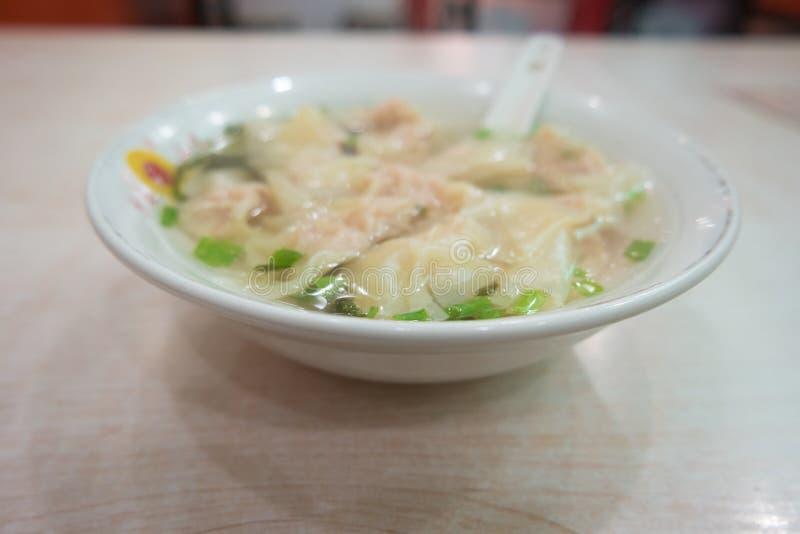 虾饺子用汤可口,在棕色家庭用亚麻布/亚洲食物 免版税库存图片