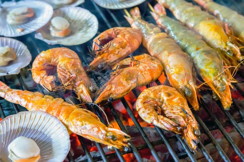虾,在BBQ火焰的大虾海鲜 免版税图库摄影