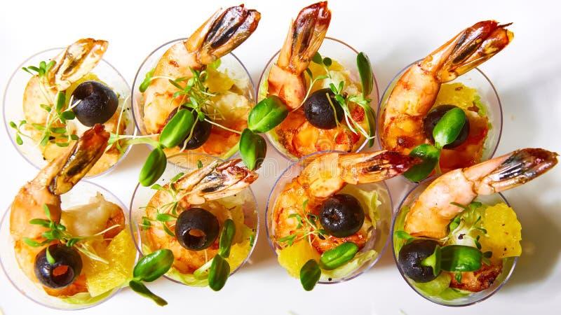 虾,鲕梨,蕃茄,三文鱼鸡尾酒沙拉在玻璃服务 库存图片