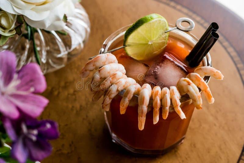 虾仁开胃品用红色调味汁、石灰和冰 免版税库存照片