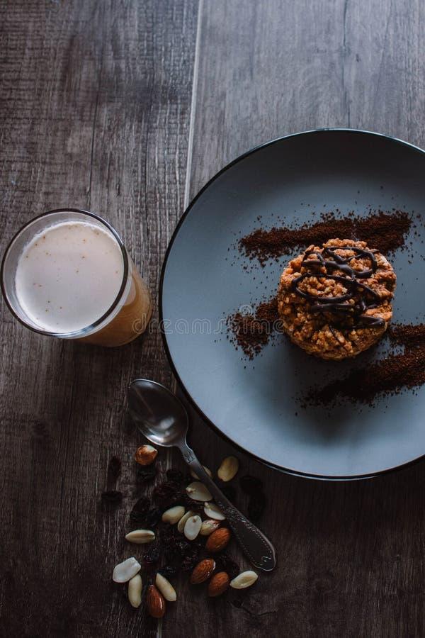 蚁丘蛋糕用巧克力和咖啡在黑暗的背景 与坚果和葡萄干的点心 大刀formigueiro 俄国漏斗蛋糕 免版税库存图片