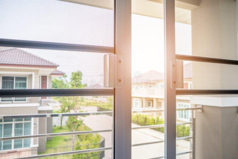 蚊帐在房子窗口保护的筛网 库存照片