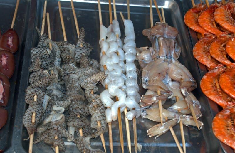 蛇和青蛙在东华门夜市场,北京,中国上 库存照片