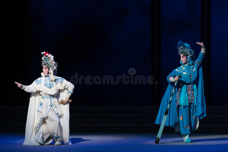 """蛇姐妹这第六行动水溢出金黄小山Kunqu Opera""""Madame白色Snake† 免版税库存照片"""