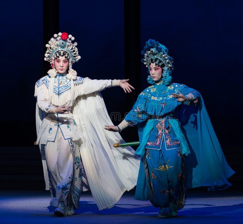 """蛇姐妹这第六行动水溢出金黄小山Kunqu Opera""""Madame白色Snake† 免版税图库摄影"""