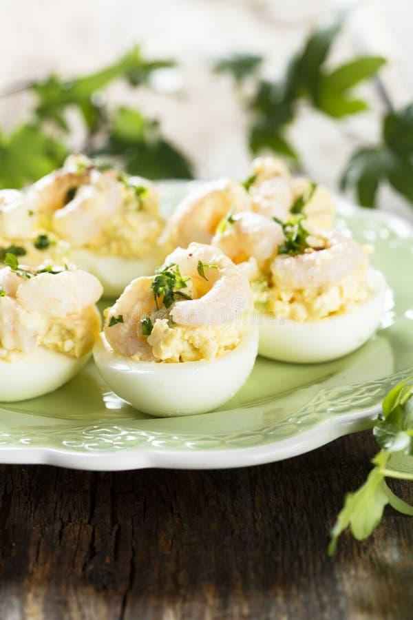 蛋开胃菜用草本和虾 图库摄影