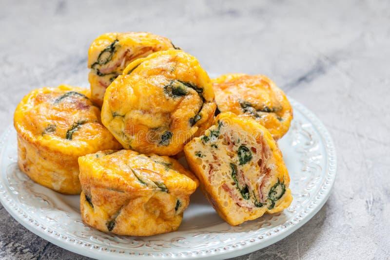 蛋松饼用菠菜和烟肉 免版税库存照片