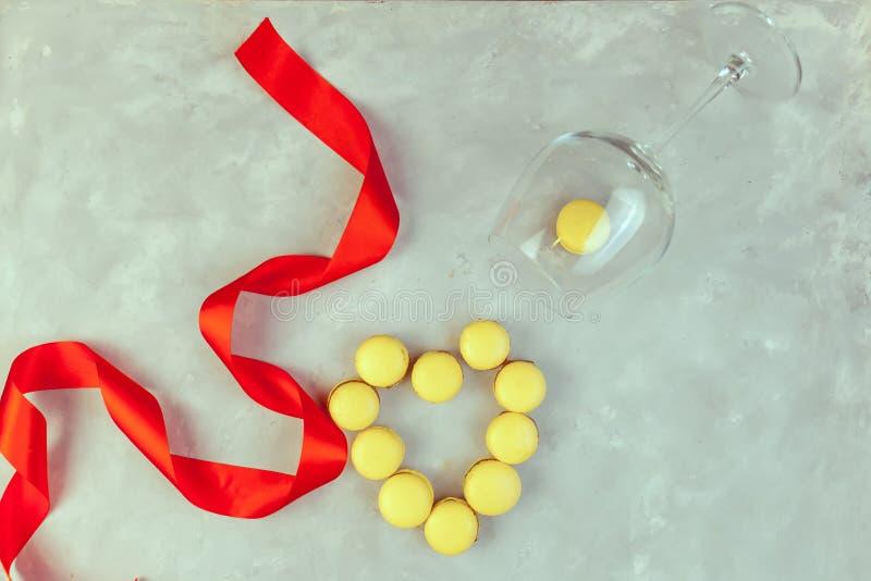 蛋白杏仁饼干用巧克力、盐味的焦糖和桂香 华伦泰 免版税库存照片