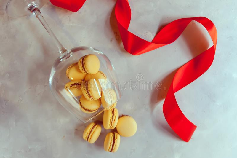 蛋白杏仁饼干用巧克力、盐味的焦糖和桂香 华伦泰 免版税库存图片