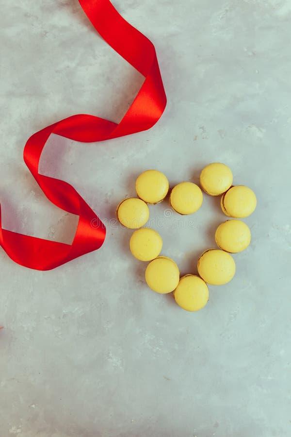 蛋白杏仁饼干用巧克力、盐味的焦糖和桂香 华伦泰 免版税图库摄影