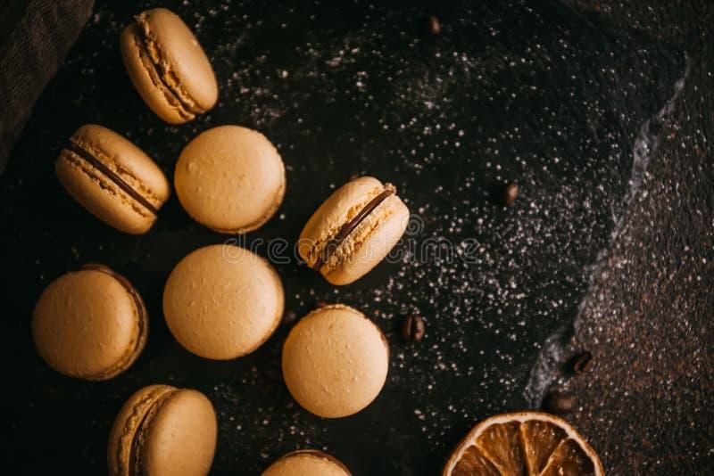 蛋白杏仁饼干用巧克力、盐味的焦糖和桂香 免版税库存照片