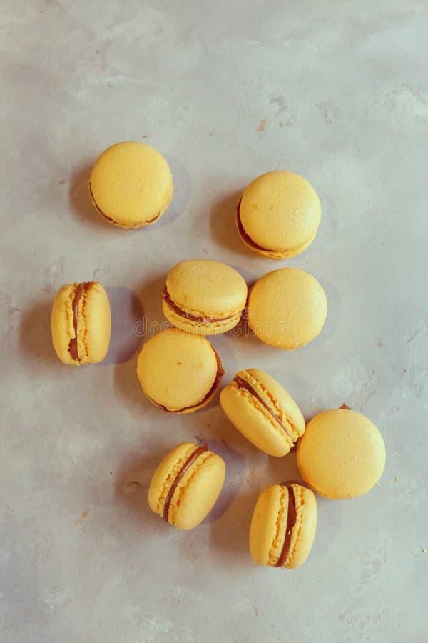 蛋白杏仁饼干用巧克力、盐味的焦糖和桂香 免版税库存图片