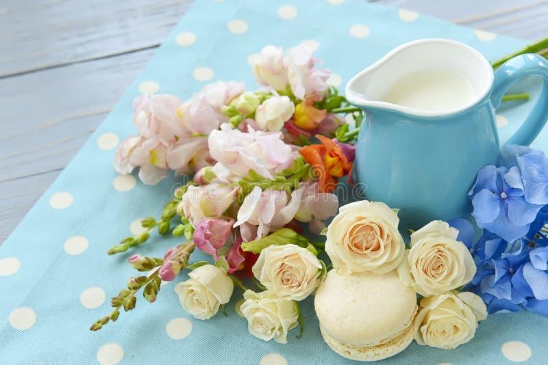 蛋白杏仁饼干和玫瑰 免版税库存照片