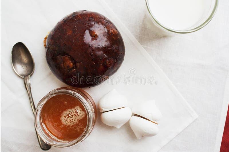 蛋白甜饼用牛奶 免版税图库摄影