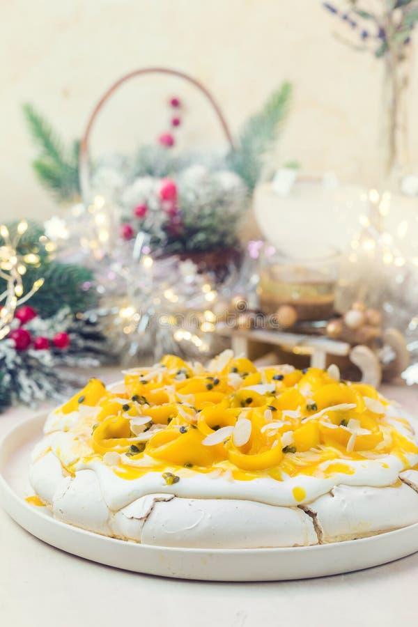蛋白甜饼蛋糕帕夫洛娃 免版税库存照片
