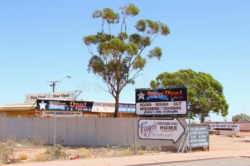 蛋白石的,纪念品店牌在Coober Pedy,澳大利亚 免版税图库摄影