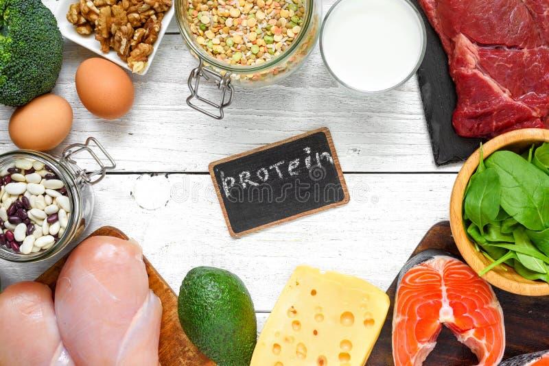 蛋白质产品的-肉、鱼、禽畜、鸡蛋、牛奶店、坚果和豌豆自然富有 健康食物和饮食概念 免版税库存照片