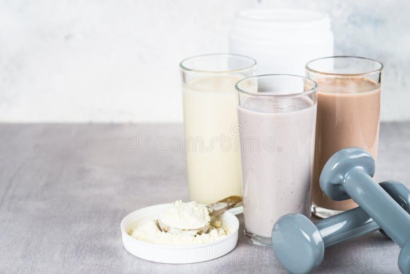 蛋白质鸡尾酒和哑铃、体育和健身概念 库存图片