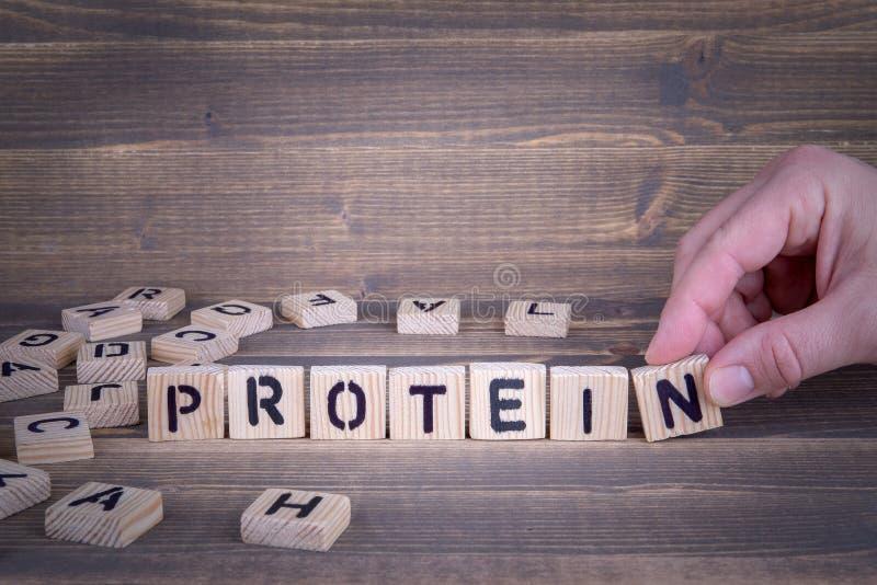 蛋白质 在办公桌上的木信件 免版税库存照片
