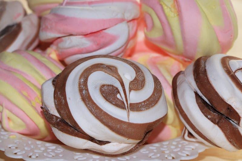 蛋白软糖和被鞭打的奶油饼干,选择聚焦 库存照片