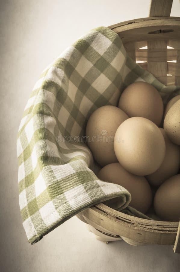 蛋篮子-葡萄酒作用 免版税库存图片