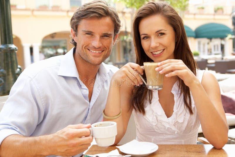 蛋糕享用年轻人的咖啡夫妇 免版税库存照片
