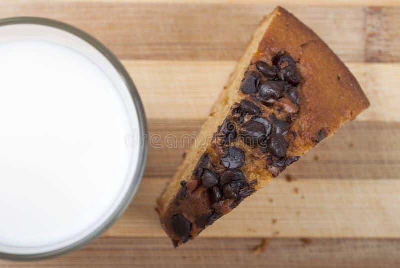 蛋糕和牛奶 免版税库存照片