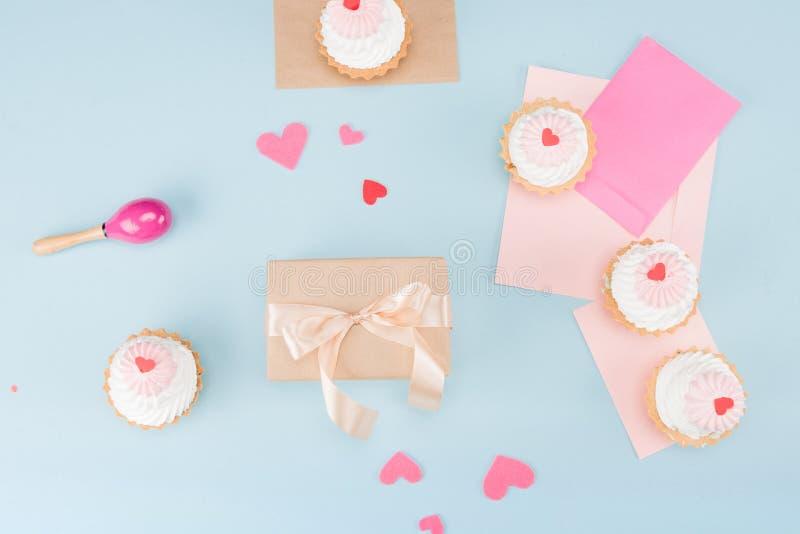 蛋糕和装豆子小布袋顶视图与礼物盒的有空白的注意大模型 免版税库存照片