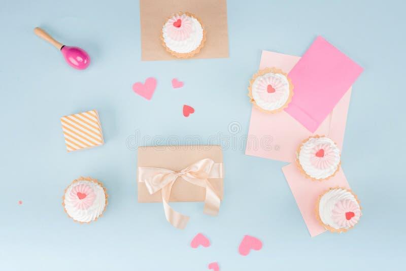 蛋糕和装豆子小布袋顶视图与礼物盒的有空白的注意大模型 库存图片