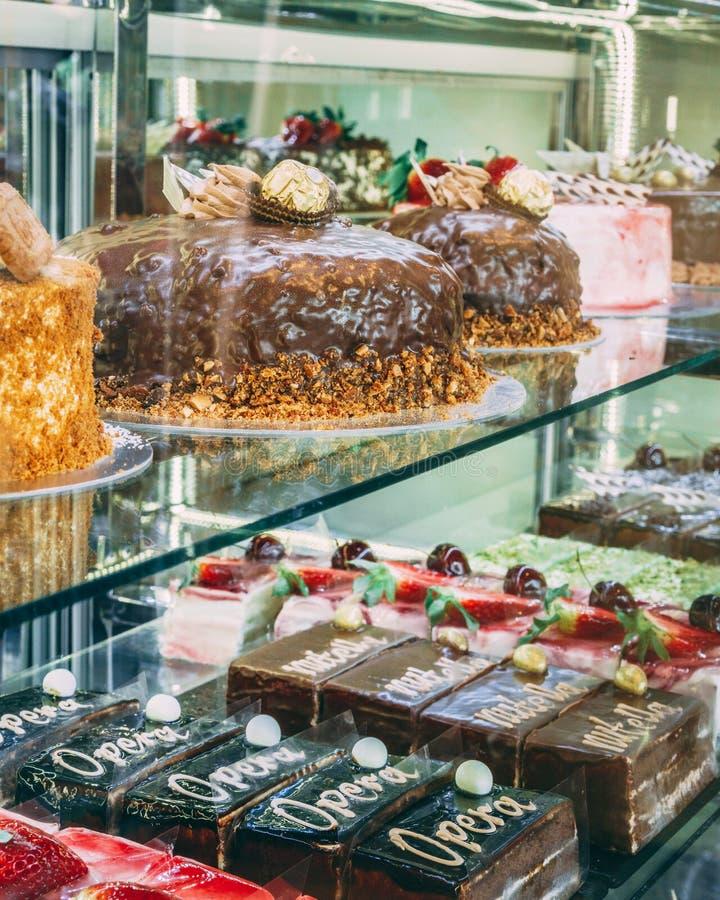 蛋糕商店酥皮点心显示 巧克力和草莓果子微型蛋糕切片 库存照片