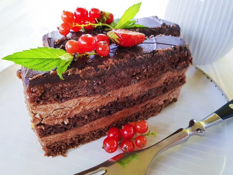 蛋糕在板材的巧克力片,点心无核小葡萄干用早餐 库存照片