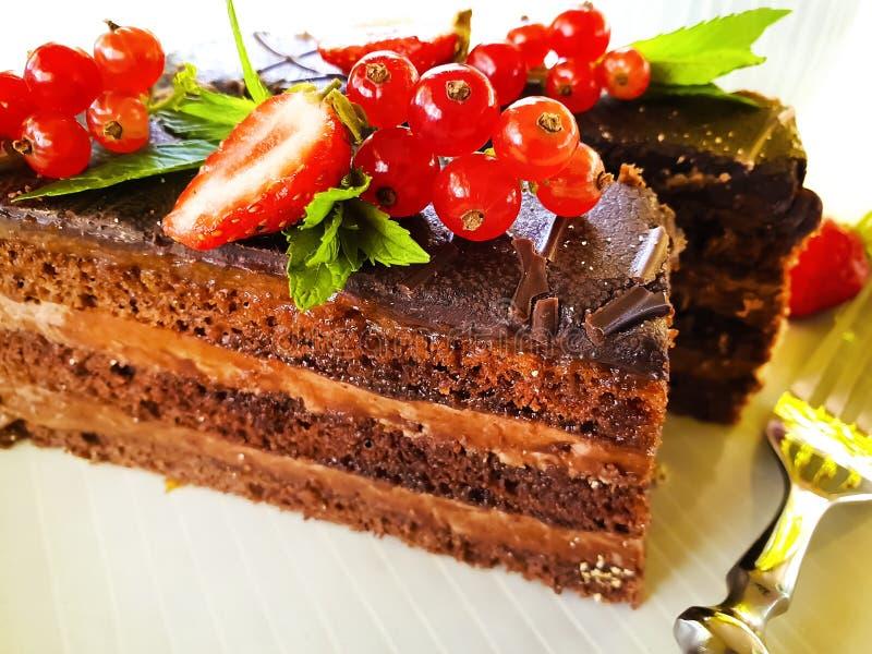 蛋糕在板材的巧克力片,自创夏天点心无核小葡萄干用早餐 图库摄影