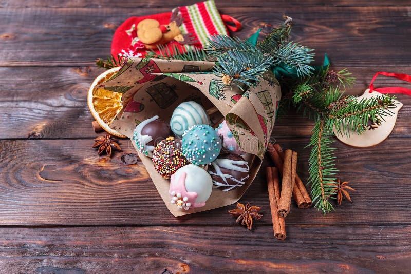 蛋糕流行音乐 甜食物 黑暗的木圣诞节背景 圣诞节装饰生态学木 复制空间 库存照片