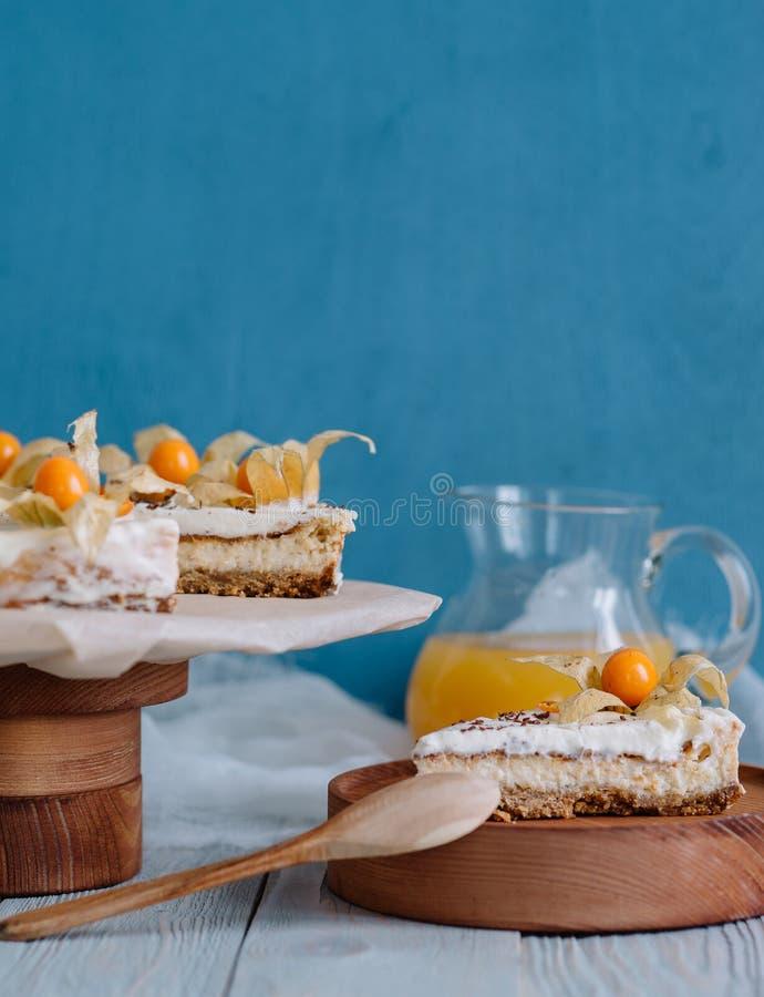 蛋糕用在一个木立场的莓果在静物画 免版税图库摄影