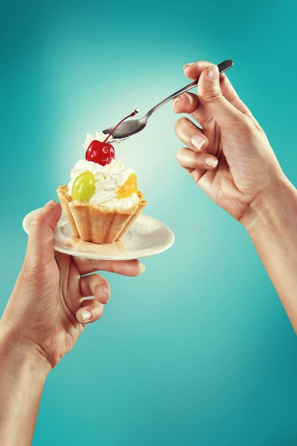 蛋糕用樱桃和奶油 图库摄影