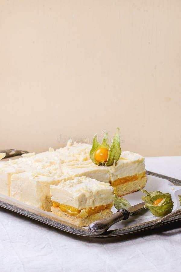 蛋糕用热带水果 免版税图库摄影