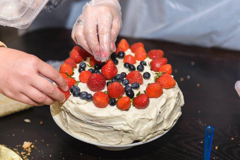 蛋糕用莓果和奶油 免版税图库摄影