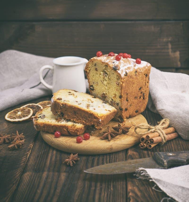 蛋糕用葡萄干和干果子 免版税图库摄影
