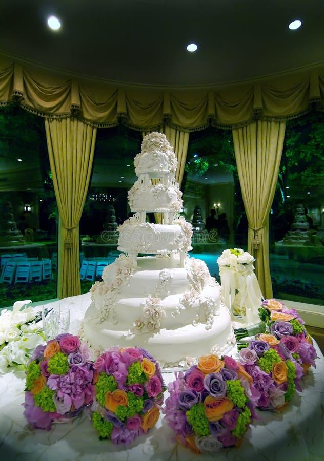 蛋糕精心制作的花卉婚礼 免版税库存照片