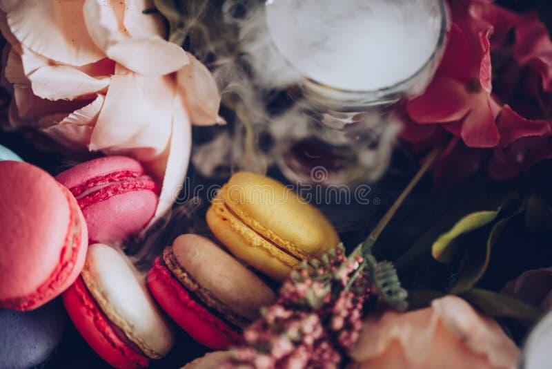 蛋糕蛋白杏仁饼干在雾背景中 关闭在顶视图的macaron点心 在粉红彩笔的五颜六色的杏仁饼,黄色 库存图片