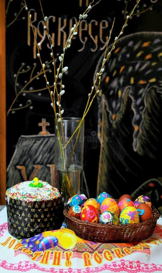 蛋糕被绘的复活节彩蛋 免版税库存照片