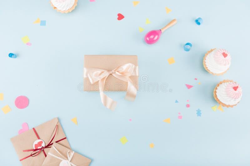 蛋糕顶视图与礼物盒和装豆子小布袋大模型的 库存图片