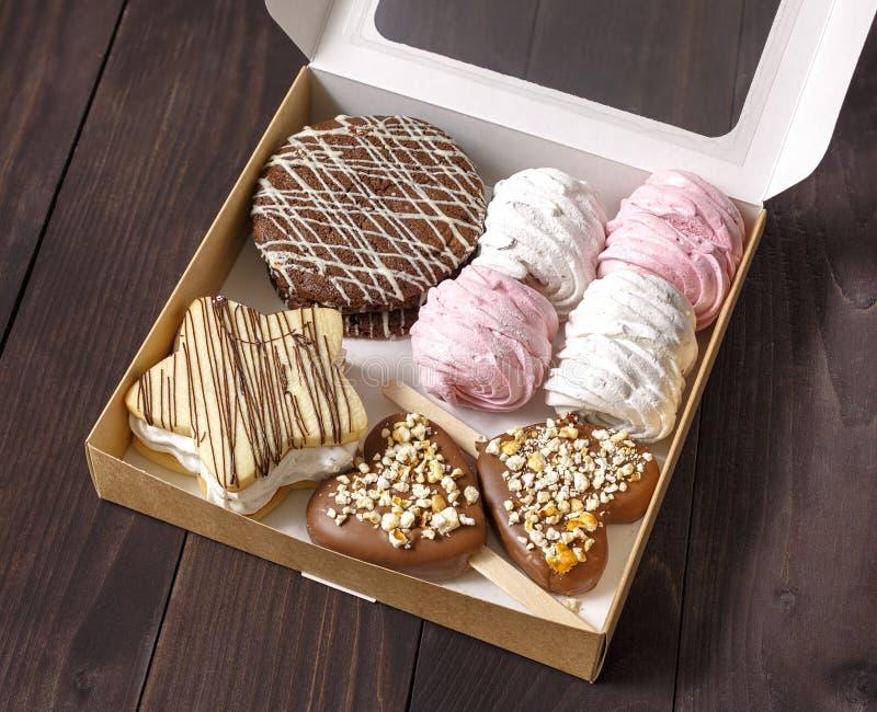 蛋糕,点心,在箱子分类了 免版税库存照片