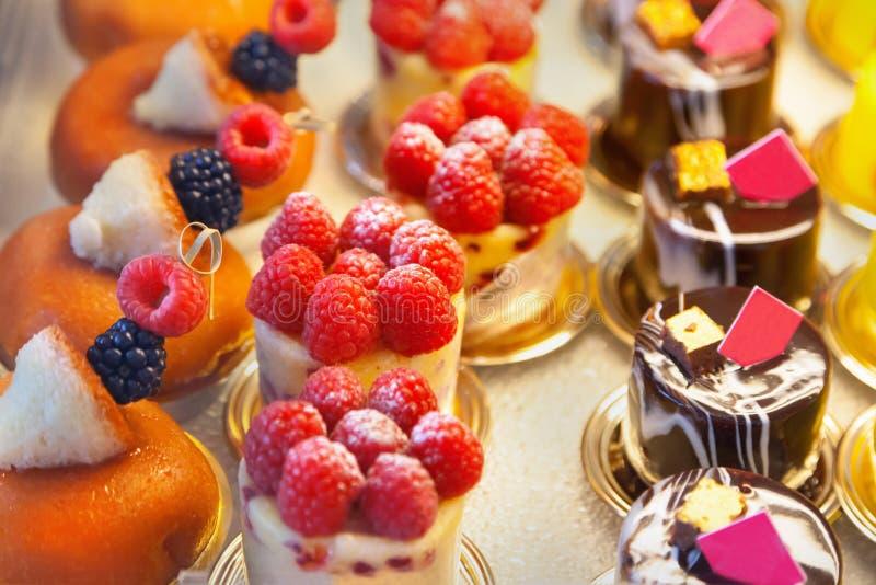 Download 蛋糕 库存照片. 图片 包括有 烹调, 食物, 烘烤, 新鲜, 可口, 装饰, 特制的糕饼, 炼焦, 红色 - 59102574