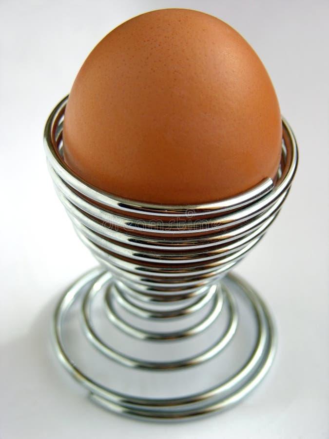 蛋装煮好带壳蛋之小杯金属螺旋 免版税库存图片