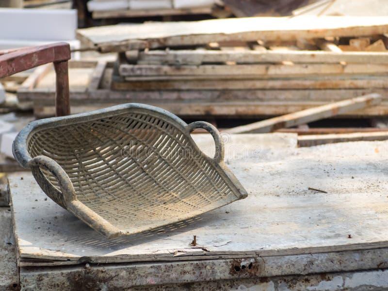 蛤壳状机件形状的篮子在工地工作 免版税库存图片